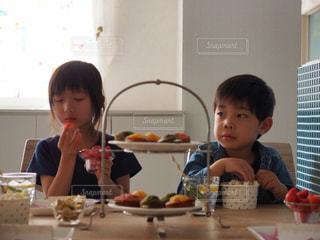 おやつを食べる子どもたち - No.1171829