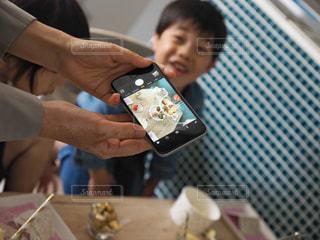 スマートフォンでインスタ映えな写真を撮る人の写真・画像素材[1171836]