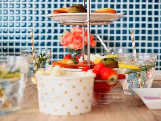 テーブルの上にフルーツとケーキの写真・画像素材[1172794]