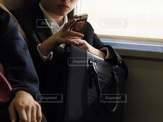 スマホを触っている女性の写真・画像素材[1176491]
