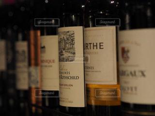 近くにワインの瓶のアップの写真・画像素材[1176499]