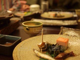 テーブルの上に食べ物のプレートの写真・画像素材[1210016]