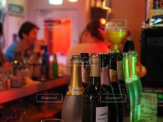 テーブルの上にワインのボトルの写真・画像素材[1277887]