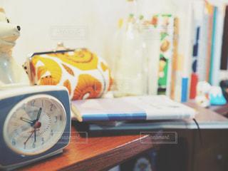 テーブルの上の小さな時計の写真・画像素材[1379786]