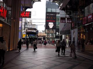 街の通りを歩いている人のグループの写真・画像素材[1454448]