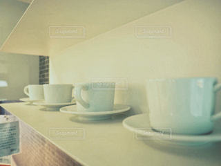 テーブルの上のコーヒー カップの写真・画像素材[1457748]