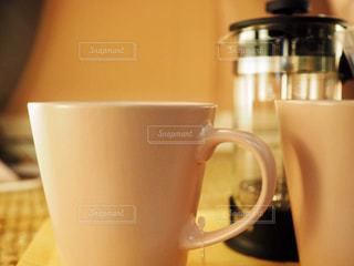 近くにコーヒー カップのアップの写真・画像素材[1457751]