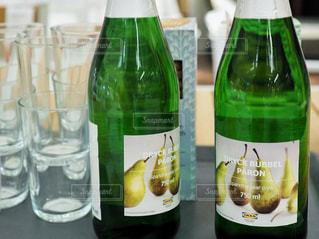テーブルの上にワインのボトルの写真・画像素材[1457752]
