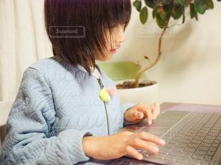 ノートパソコンと子どもの写真・画像素材[1499186]