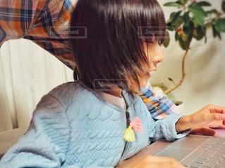 子どもとパソコン仕事の写真・画像素材[1499193]