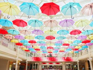 店にぶら下がっている傘の写真・画像素材[1523268]