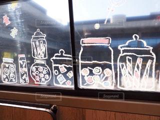 窓ガラスに絵の写真・画像素材[1558539]
