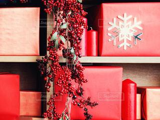 クリスマスカラーの本棚の写真・画像素材[1573797]