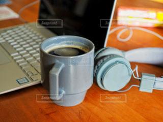 デスクにキーボード 一杯のコーヒーの写真・画像素材[1618201]