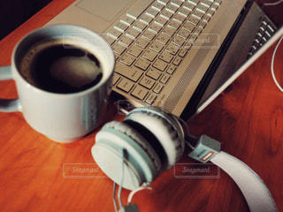 一杯のコーヒー テーブルの上にコンピューターの写真・画像素材[1618202]