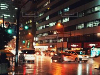 にぎやかな通りは夜のトラフィックでいっぱいの写真・画像素材[1625728]