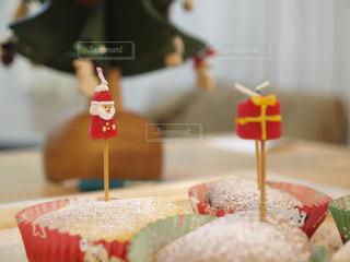 近くのテーブルにケーキのアップの写真・画像素材[1629628]