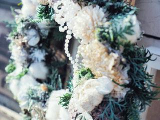 クリスマス飾りのついたリースの写真・画像素材[1662549]