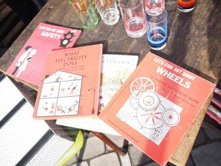 テーブルの上の赤い表紙の本の写真・画像素材[1664107]