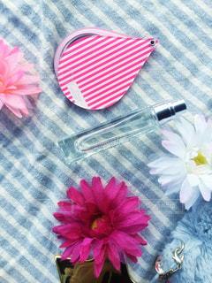 テーブルの上のピンクの花の写真・画像素材[1688028]
