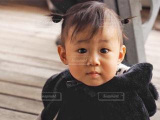 テーブルに座っている小さな子供の写真・画像素材[1691132]
