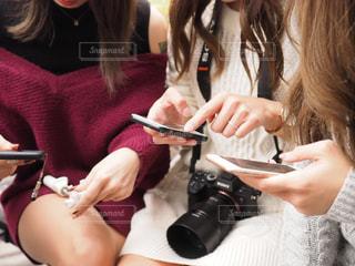 スマホを触って操作している女性たちの写真・画像素材[1693391]