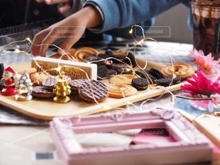 テーブルの上のクッキーとかの写真・画像素材[1739145]