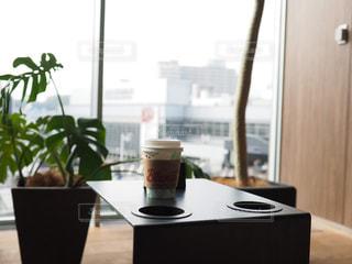 窓際の席のコーヒーの写真・画像素材[1739147]