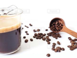テーブルの上のコーヒー カップの写真・画像素材[1806332]