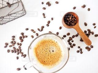 テーブルの上の紅茶のカップの写真・画像素材[1806344]