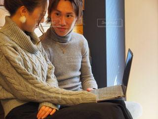 パソコンをみるカップルの写真・画像素材[1820586]