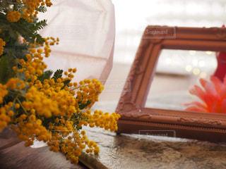 テーブルの上の花の花瓶の写真・画像素材[1820594]