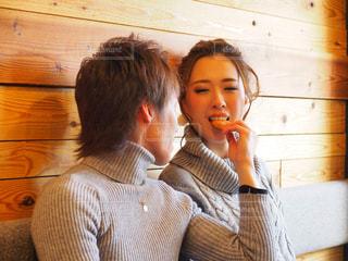クッキーを食べてさせてる仲良しカップルの写真・画像素材[1820601]