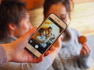 携帯電話を持つ手の写真・画像素材[1820602]