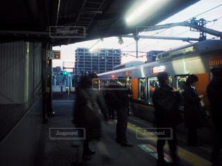 駅に立っている人のグループの写真・画像素材[1855899]
