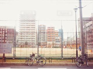 建物の前に停まっている自転車の写真・画像素材[1855904]