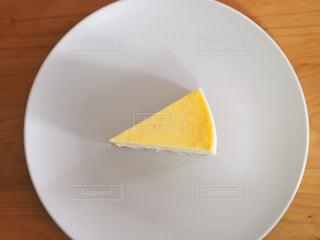 白い板の上に座っているケーキの写真・画像素材[1867101]