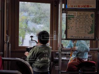 子どもたちが電車で遊んでいるところの写真・画像素材[2030398]