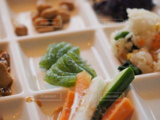 お昼ごはんのお皿の写真・画像素材[2047941]