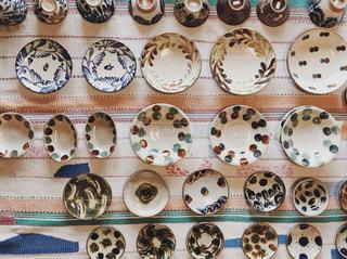 並んだお皿の写真・画像素材[2073501]