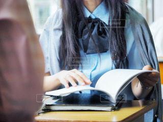 友達と勉強中。の写真・画像素材[2116605]