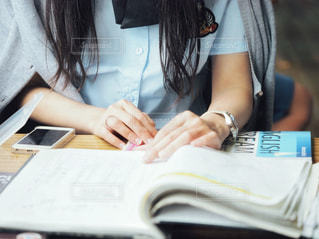 宿題やってる女子高生の写真・画像素材[2116609]