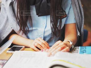 勉強中の女子高生の写真・画像素材[2116610]