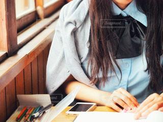 学校にいる女子高生の写真・画像素材[2116611]