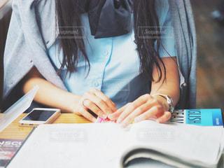 勉強中の女子高生の写真・画像素材[2116612]