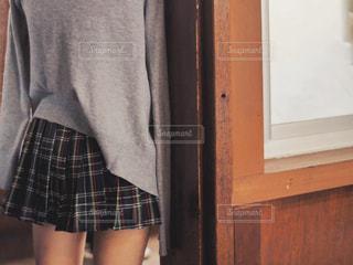 柱の前にいる女子高生の写真・画像素材[2116689]