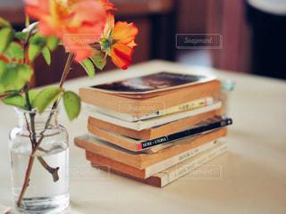 木製のテーブルの上に座っている花の花瓶の写真・画像素材[2125271]