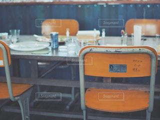 テーブルの前に座るいすの写真・画像素材[2125272]