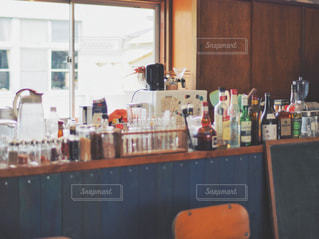 キッチンカウンターにある調味料や瓶の写真・画像素材[2125274]