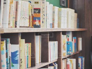 本が詰まった本棚の写真・画像素材[2125284]